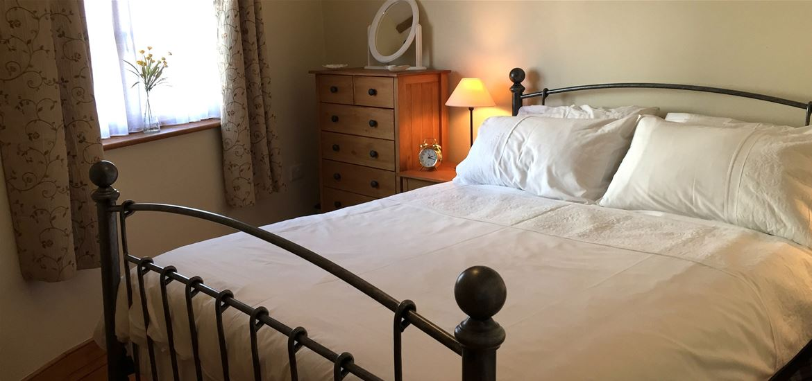 All Seasons Cottage Breaks - Corner Cottage Bedroom - Saxmundham