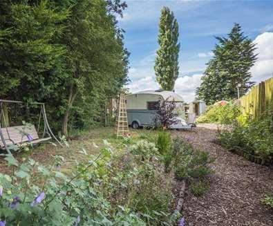 WTS - Blackberry Way - Caravan and garden